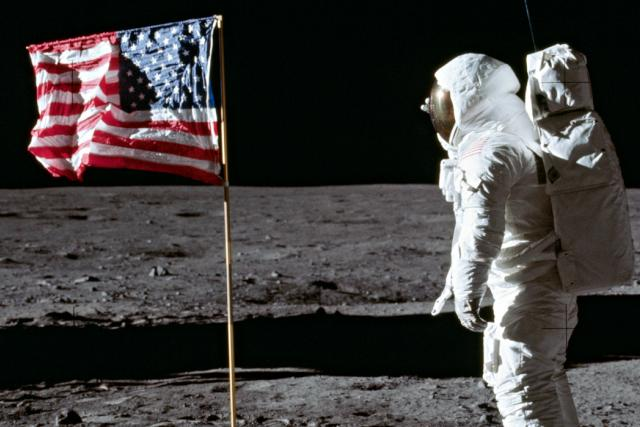 Buzz Aldrin na Měsíci a vlajka USA | foto: NASA,  CC0 1.0