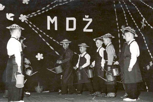 Vystoupení dětí u příležitosti oslav Mezinárodního dne žen, Louny, 1965