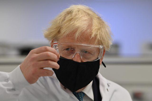 Britský premiér Boris Johnson s vakcínou od AstraZeneca