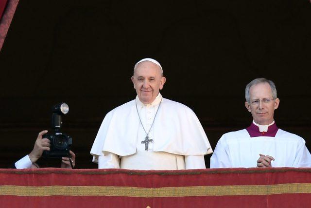 Papež František udělil věřícím požehnání Urbi et orbi