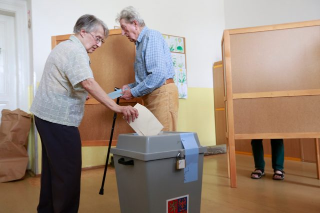 Důchodci u volební urny