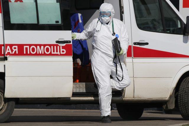 Muž v ochranném obleku proti koronaviru v Moskvě