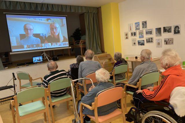 Obejmi čtením v domě pro seniory Vysočany   foto:  projekt Obejmi čtením