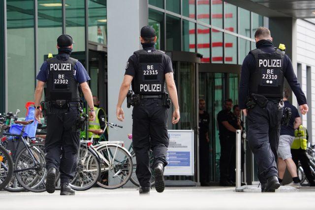 Policie před berlínskou nemocnicí Charité, kde je hospitalizován Alexej Navalnyj