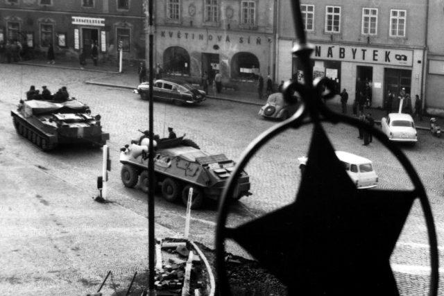 Sovětská vojenská technika v srpnu 1968 na náměstí Pionýrů (nyní nám. T.G. Masaryka) v Příbrami. Snímek pořízen ze střechy bývalého sekretariátu OV KSČ, v současnosti budova Knihovny Jana Drdy