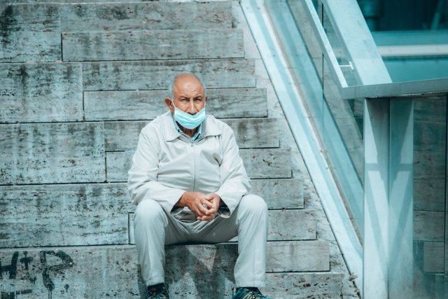 Důchodce s rouškou   foto: Fotobanka Unsplash
