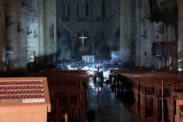 Pařížská katedrála Notre-Dame po ničivém požáru
