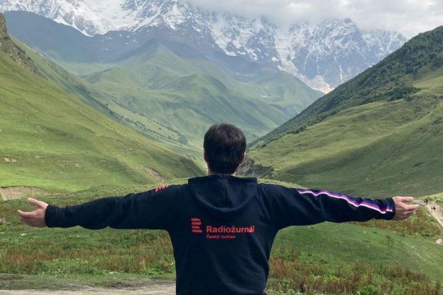 Radiožurnál pod nejvyšší horou Gruzie,  pětitisícovkou Mt.Šchara   foto: David Jakš,  Český rozhlas