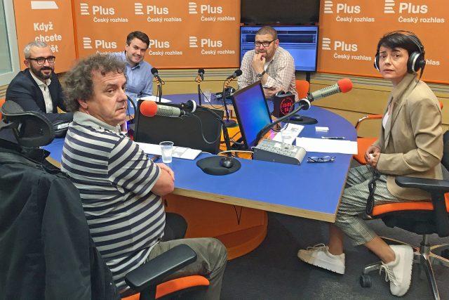 U kulatého stolu debatují (zleva) David Klimeš, Adam Černý (v popředí), Filip Nerad, Jindřich Šídlo a moderátorka Lucie Vopálenská