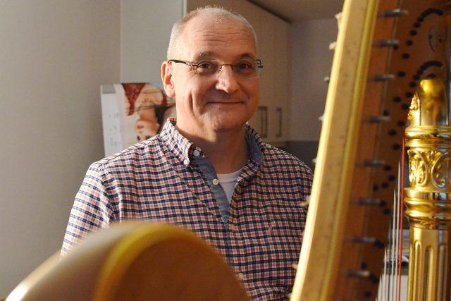 Václav Bartuška u harfy své ženy