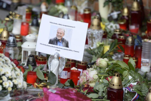 Svíčky a květiny před vilou Karla Gotta na pražské Bertramce