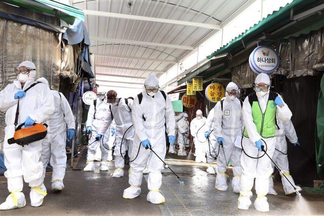 Preventivní opatření proti koronaviru na trhu v Bupyeongu v Jižní Koreji