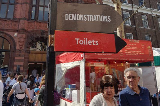 V některých anglických městech naleznete smaltované směrovky, které vám poradí, kam jít demonstrovat právě tak, jako kam si dojít na záchod