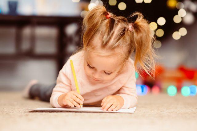Dopis Ježíškovi, dítě, Vánoce, psaní, přání, holčička. Ilustrační foto