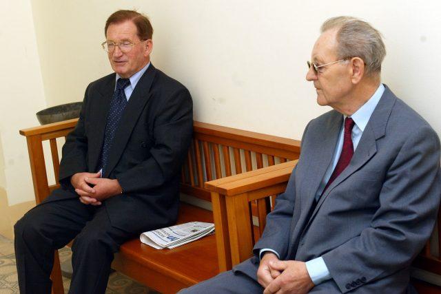 Lubomír Štrougal a Miloš Jakeš u soudu v roce 2003