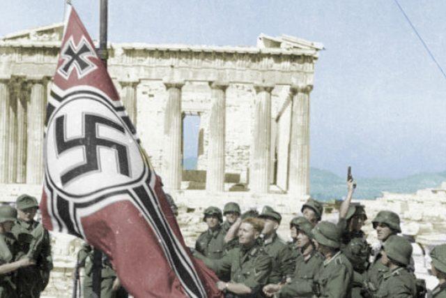 Němečtí vojáci na athénské Akropoli (kolorizováno)