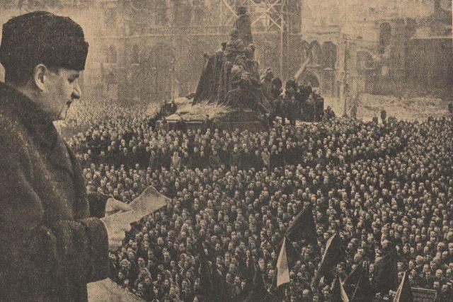 premiér Klement Gottwald při projevu během komunistické demonstrace 21. 2. 1948 na Staroměstském náměstí; únor 1948 | foto: Wikipedia,  public domain - volné dílo,  Rudé právo,  Creative Commons 4.0 International