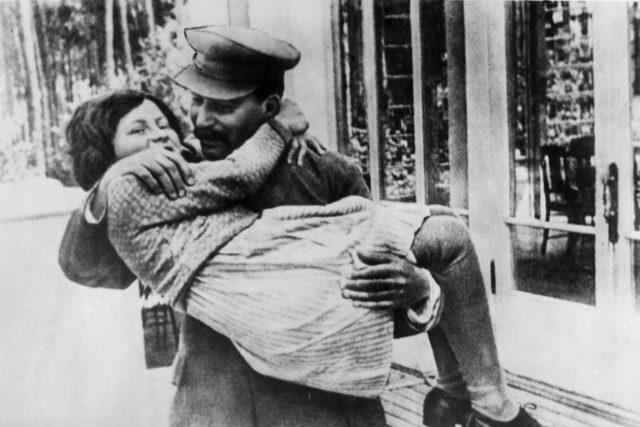 Světlana Allilujevová a její otec Josif Vissarionovič Stalin v roce 1936   foto: ČTK/AP