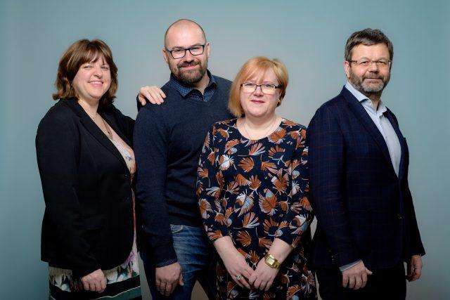 Moderátoři pořadu Souvislosti Plus (Martina Mašková, Václav Pešička, Patricie Polanská a Petr Dudek)