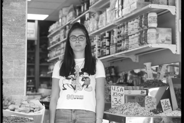 Sahar Bradaran. Má 18 let a je dcerou íránských emigrantů. Ačkoliv se narodila v Izraeli a takřka neumí persky, kořeny všeho, čím je, se podle ní nachází v Íránu