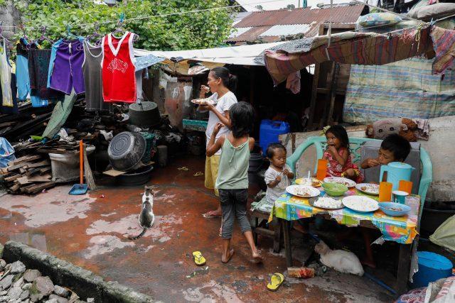 Rodina ve slumu u Manily, Filipíny