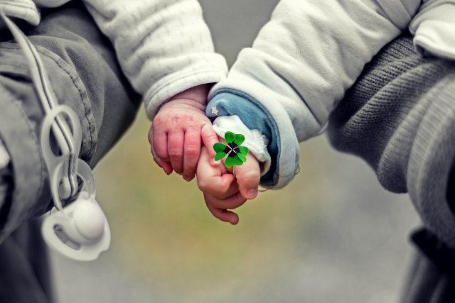 Přibývá dětí, které čekají na náhradní rodinu. Vhodných pěstounů i adoptivních rodičů je málo (ilustrační foto)