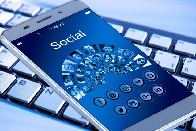 Nástrahy internetu.Víte, čím se baví na sociálních sítích vaše děti?