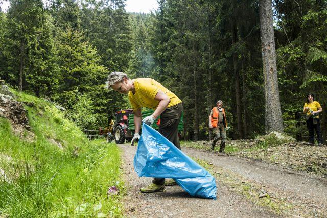 Na 200 dobrovolníků posbíralo v našich nejvyšších horách 3,8 tun odpadu