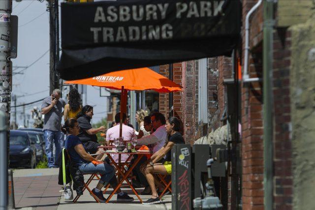 Restuarace v New Jersey obnovily venkovní zahrádky   foto:  Frank Franklin II,  ČTK/AP