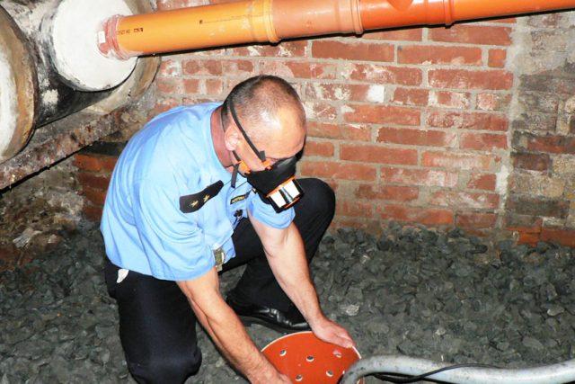 Policista v masce od firmy Nanologix | foto: Nanologix
