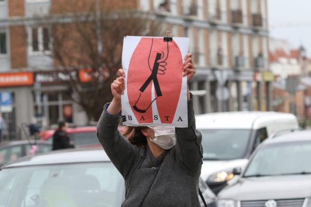 Polské protesty proti úplném zákazu potratů a kriminalizaci sexuální výchovy v Polsku