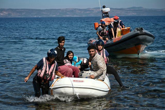 Běženci u řeckého ostrova Lesbos