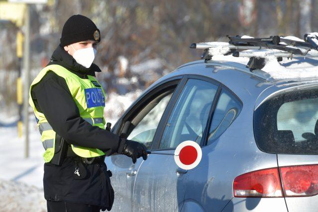Policista kontroluje řidiče automobilu v Chodově na hranici okresů Sokolov a Karlovy Vary