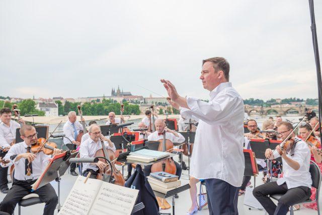 Koncert Národní na vodě: dirigent Jaroslav Kyzlink a orchestr Národního divadla   foto: Serghei Gherciu,  Národní divadlo