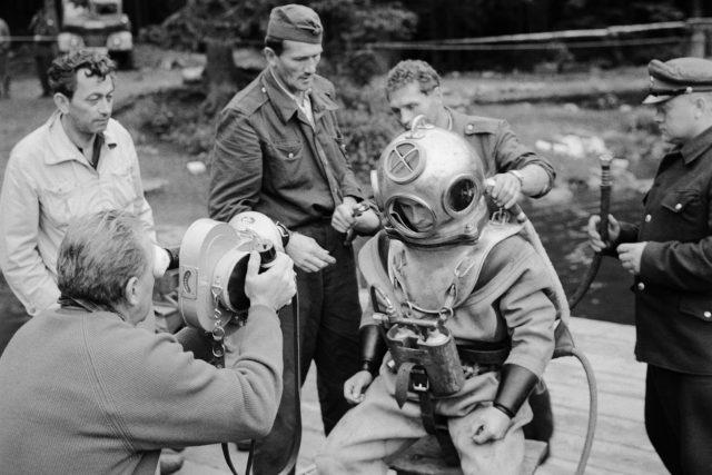 Československá televize natáčí akci potápěčů na Šumavě – údajný nález nacistického archivu v bednách na dně Černého jezera (3. července 1964)
