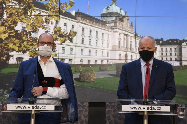 Ministr školství Robert Plaga  (ANO) a ministr zdravotnictví za ANO Roman Prymula  (vpravo) po mimořádném jednání vlády   foto: Michal Krumphanzl,  ČTK