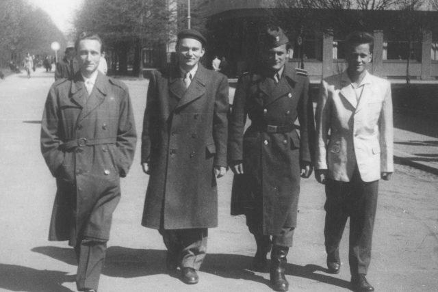 Čtveřice mužů, zleva druhý Vladimír Hradec, Milan Paumer v uniformě, Josef Mašín