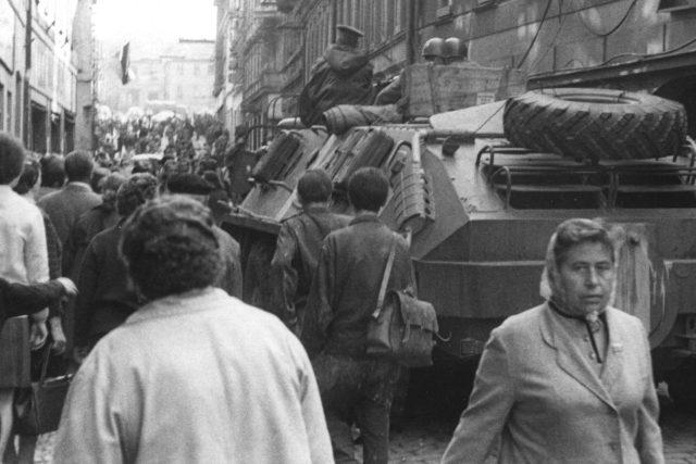 Sovětský obrněný transportér v Pražské ulici v Příbrami v srpnu 1968
