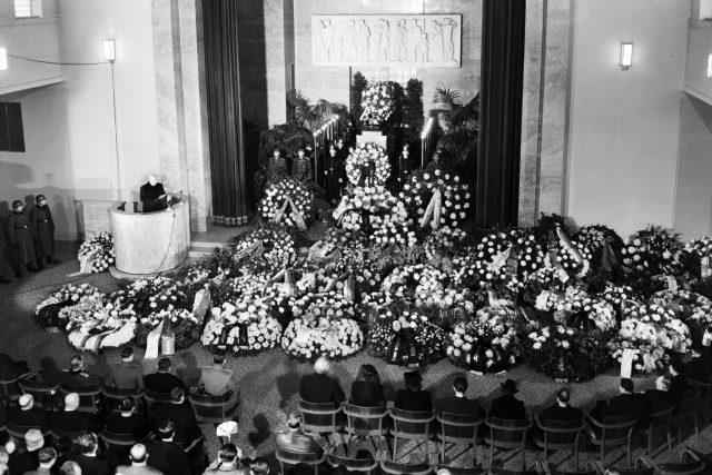 Pompézní pohřeb novináře Karla Lažnovského