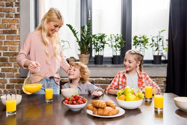 Matka,  děti,  rodinná snídaně,  domácnost,  rodina,  mateřská dovolená,  rodičovská,  ilustrační foto | foto: Fotobanka Profimedia