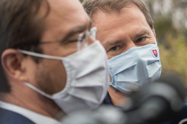 Slovenský ministr zdravotnictví Marek Krajčí (vlevo) a premiér Igor Matovič