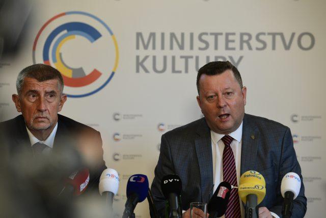 Premiér Andrej Babiš a končící ministr kultury Antonín Staněk na společné tiskové konferenci