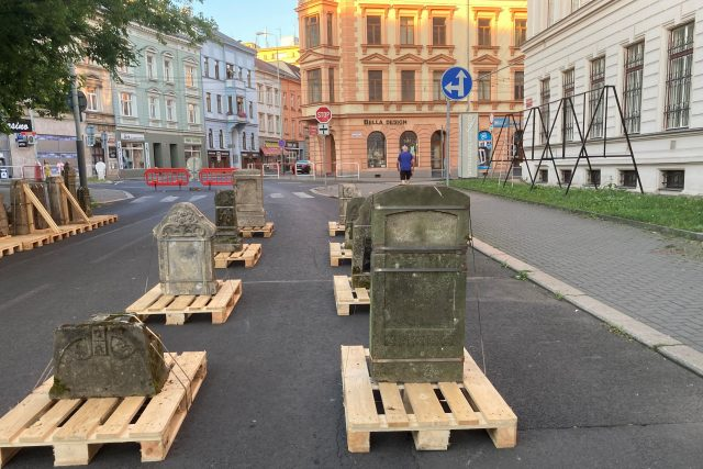 Na silnici před muzeem jsou místo aut staré německé náhrobky ze zrušeného hřbitova v Zubrnicích | foto: Gabriela Hauptvogelová,  Český rozhlas