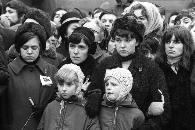Lidé při pohřbu Jana Palacha, 25. ledna 1969