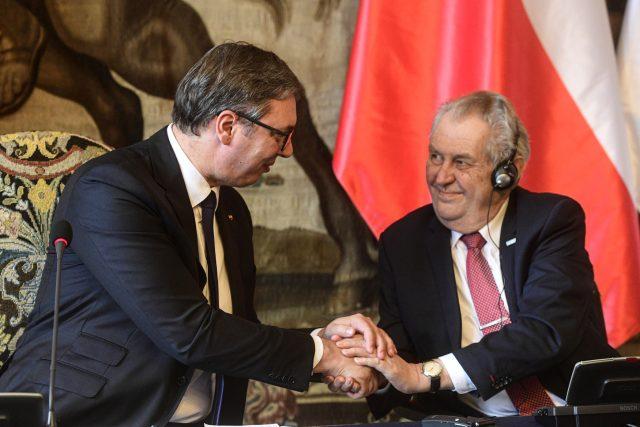 Srbský prezident Aleksandar Vučić (vlevo) a český prezident Miloš Zeman