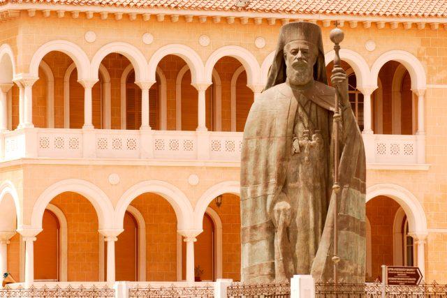 Makarios III.  (Zypern,  Lefkosia,  Statue des Erzbischofs Makarios III.)   foto: Fotobanka Profimedia