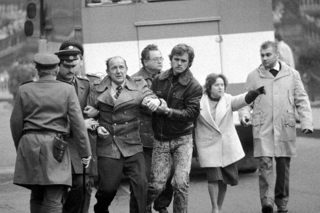 Zatýkání během demonstrací 28. října 1988