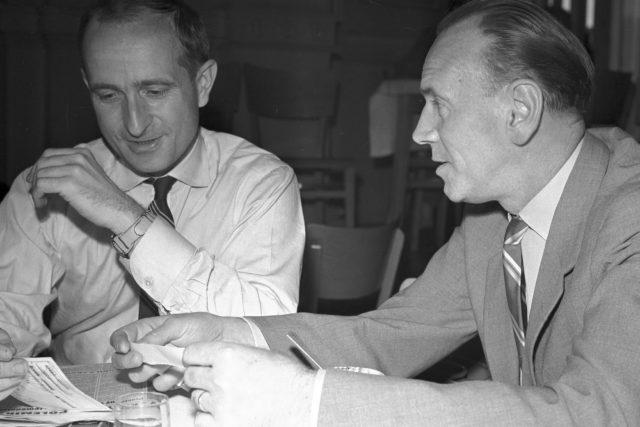 Miroslav Holub s Františkem Hrubínem na III. sjezdu Svazu československých spisovatelů