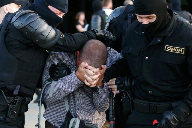 Policie zasahuje při demonstraci v Bělorusku.