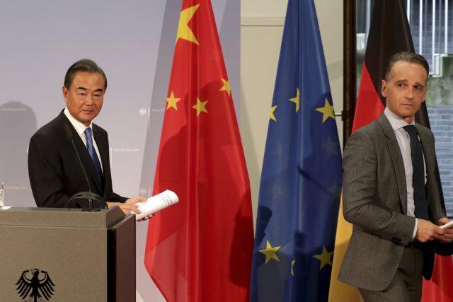 Německý ministr zahraničí Heiko Maas a čínský ministr zahraničí Wang Yi během tiskové konference v Berlíně.